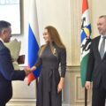 Юлия Выходилова получает знак отличия «За материнскую доблесть» из рук первых лиц Новосибирской области