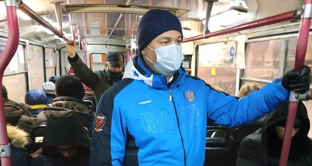 мужчина в маске в автобусе
