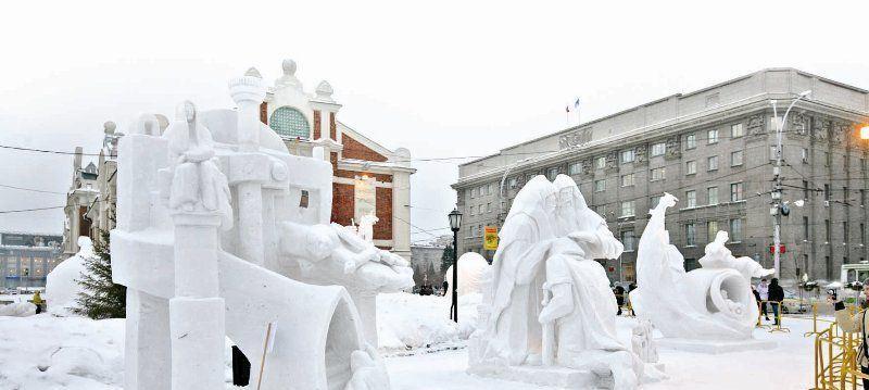 снежные скульптуры на площади ленина