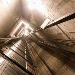 На новосибирской стройке в шахте лифта погиб каменщик
