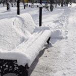 заснеженная скамейка в парке