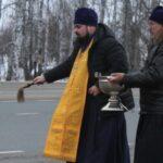 Священники освятили аварийные места трассы в Новосибирской области