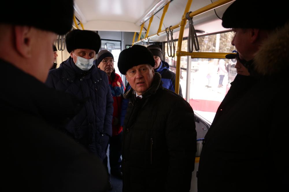Локоть в автобусе