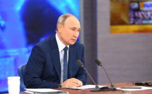 Президент России Владимир Путин за столом