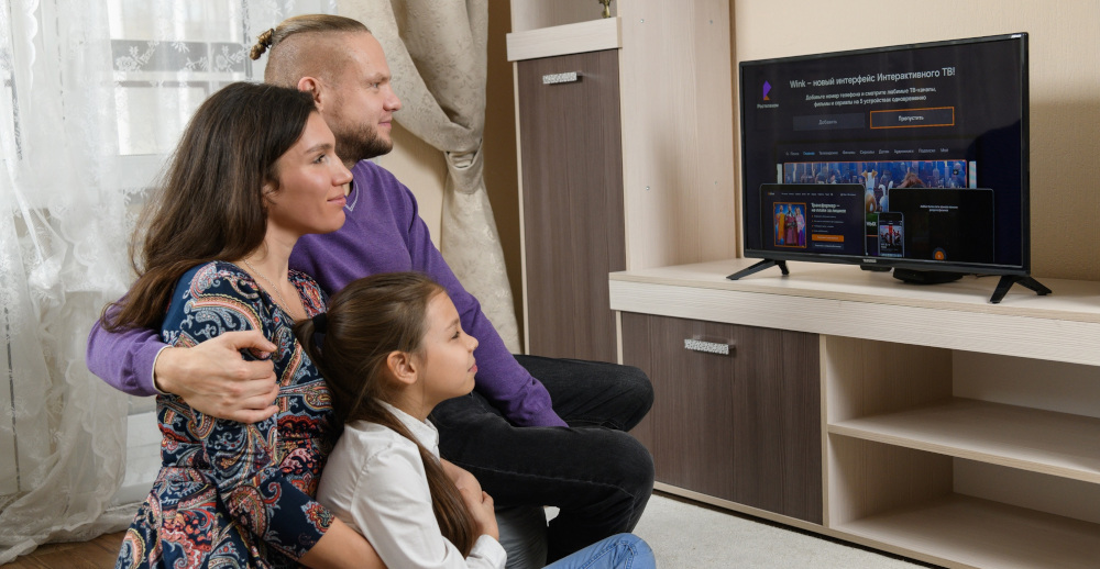 Wink семья за телевизором