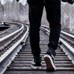 поезд, рельсы, пешеход