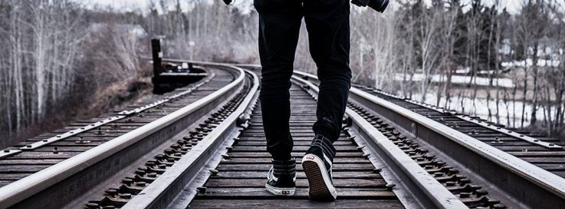 поезд, рельсы, пешеход, железная дорога