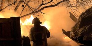 пожарный на фоне огня