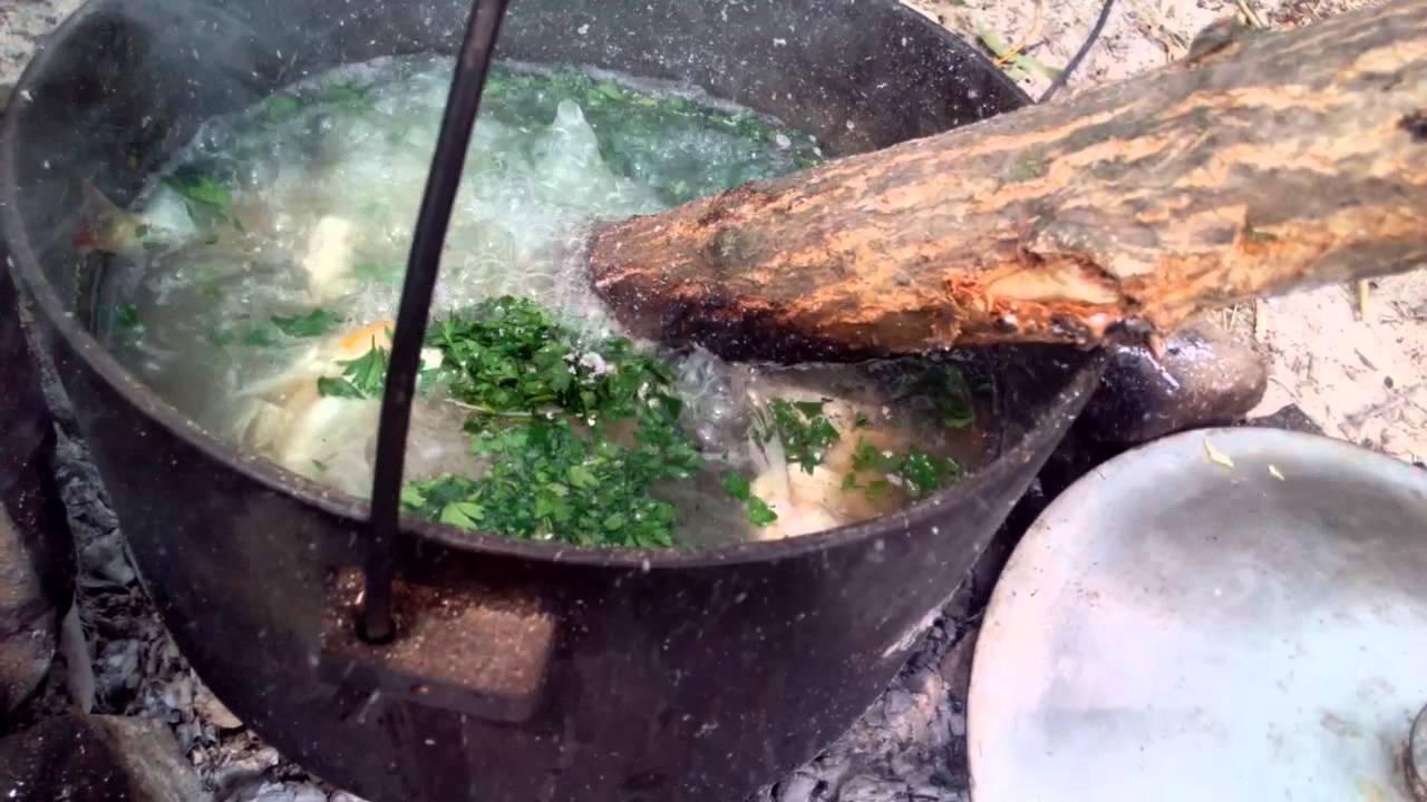 Уха в котле приготовленная на углях