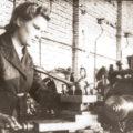 Старая фотография токарь станок