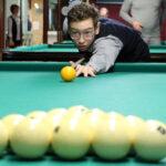 Самый юный участник турнира Игорь Новолодский начинает игру
