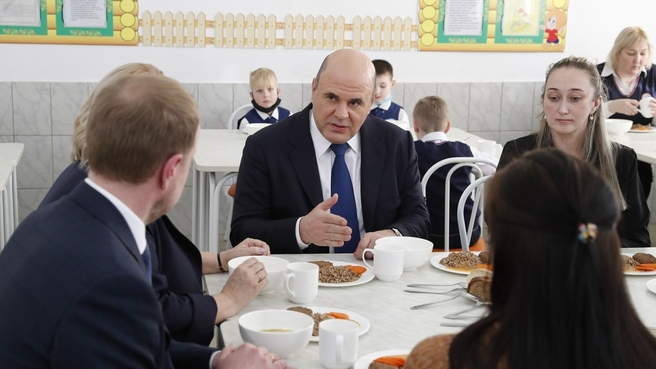 Посещение Михаилом Мишустиным школы в Барнауле. Фото с сайта Правительства РФ