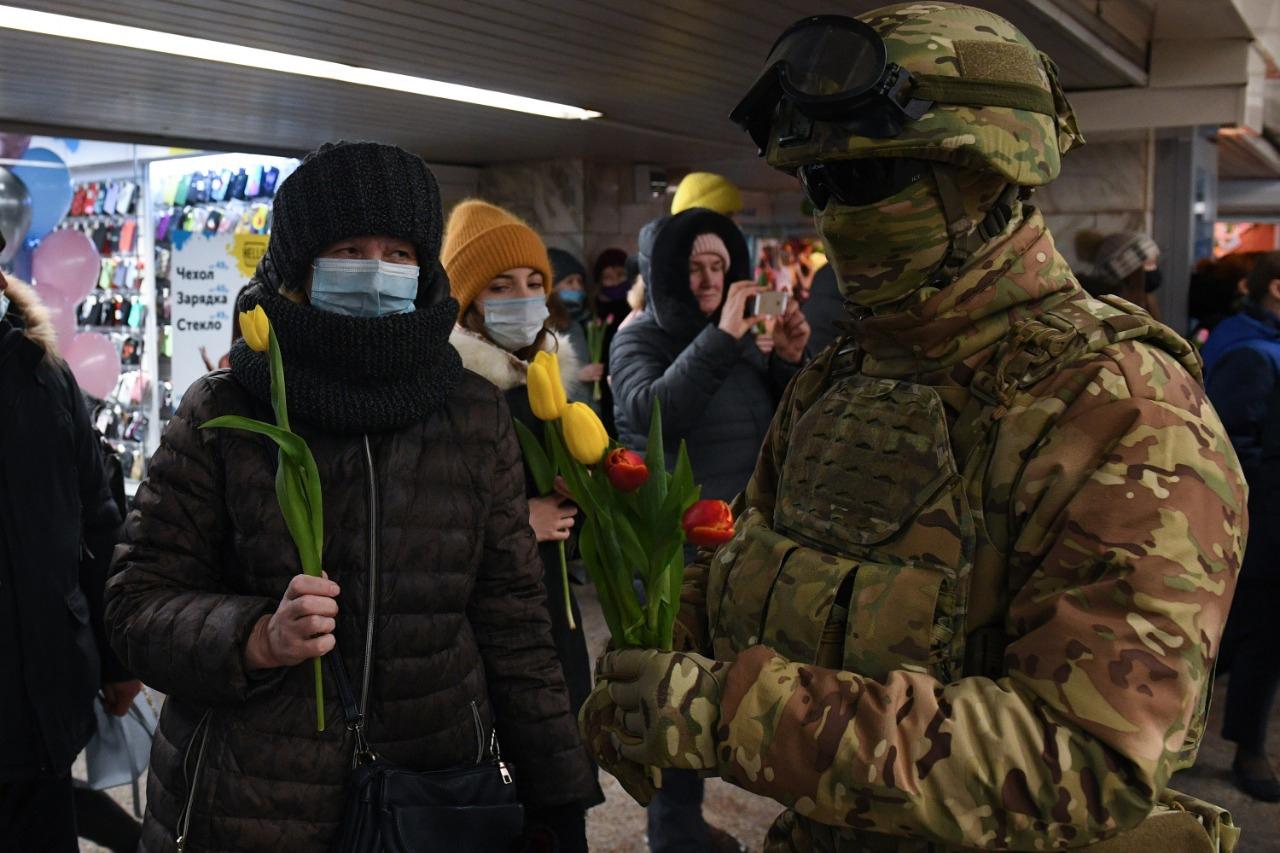 военный, цветы, 8 марта, метро