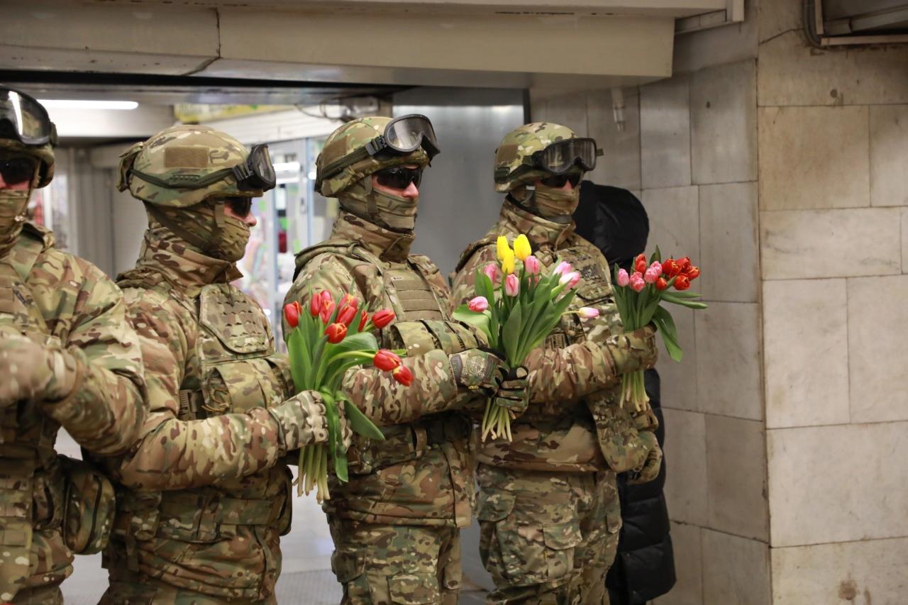 военный, цветы, метро, 8 марта