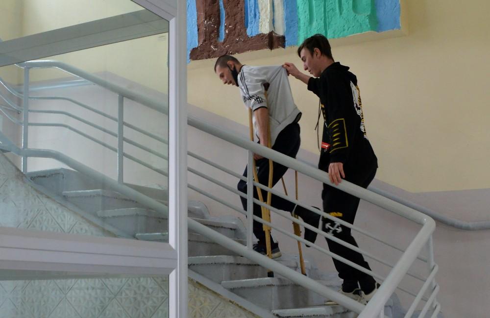 на-костылях по лестнице