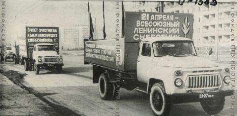 Агитколонна Дзержинского района на ул. Б. Богаткова в день коммунистического субботника 21 апр 1973
