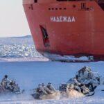 Спецназ и лётчики Росгвардии из Кузбасса учатся обезвреживать неопиратов в Арктике