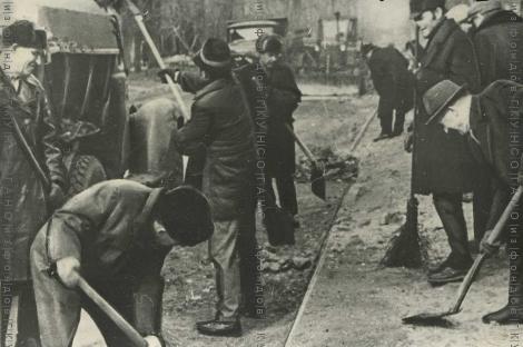 Новосибирцы работают по благоустройству родного города на коммунистическом субботнике 17 апреля 1972