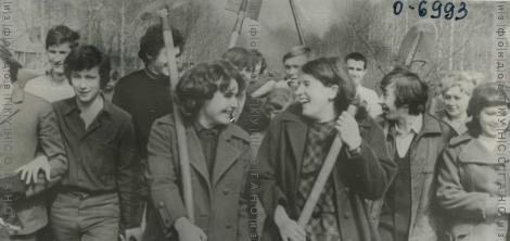 Первокурсники Новосибирского медицинского института на коммунистическом субботнике 20 апреля 1974