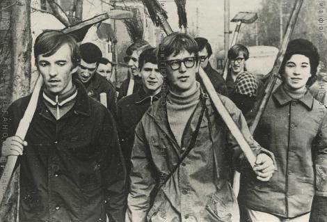 Студенты института связи направляются на коммунистический субботник 22 апр 1973