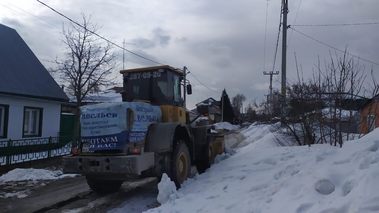 Дмитрий Савельев чистит снег