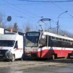 Не поделили трамвайные пути. В Новосибирске скорая помощь помяла бочину  об трамвай № 13
