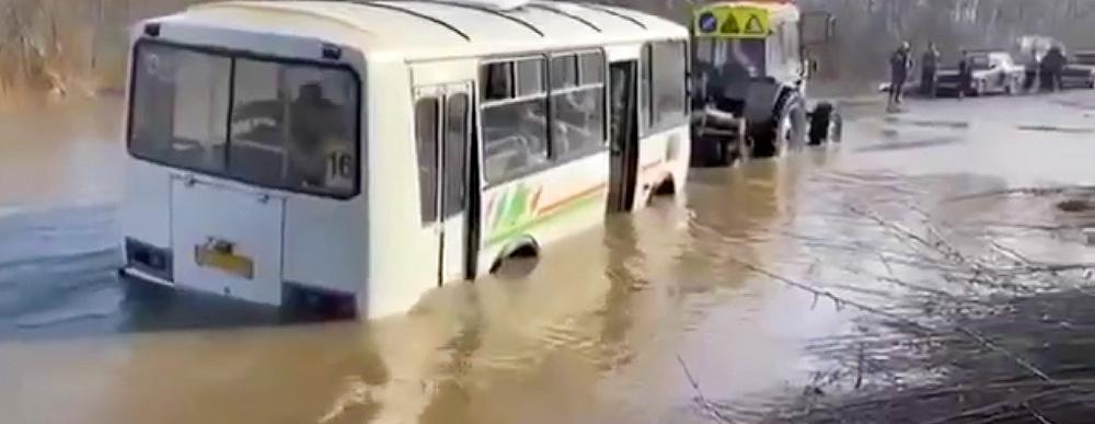 автобус едет по воде