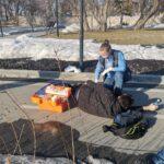 Сегодня прохожие старались помочь парню, упавшему с электросамоката на набережной