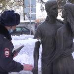 В Кемеровской области юные каратисты отработали удар на статуе «Молодожёнов» и получили счёт на 1 миллион