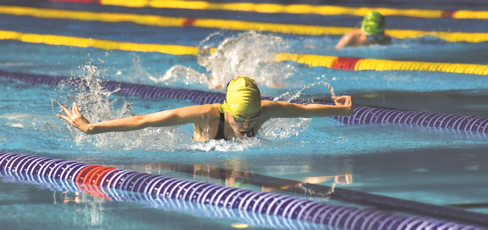 Пловчиха Арина Суркова в бассейне