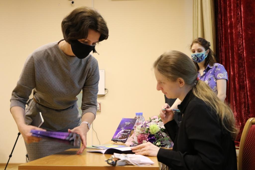Марина Вдовик на встрече со школьниками. Фото: infomania.ru