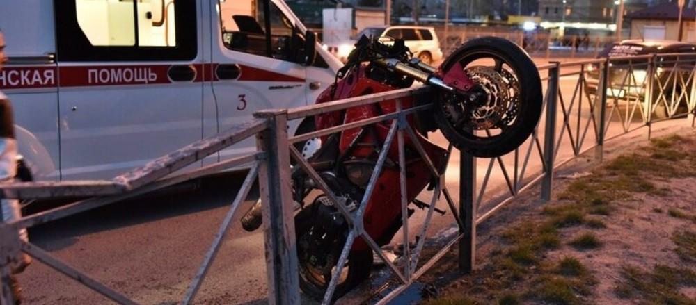 дтп-мотоцикл повис на ограде - 06-05-21