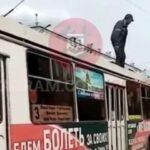 Мужчина искал сигареты на крыше троллейбуса №3 в Новокузнецке