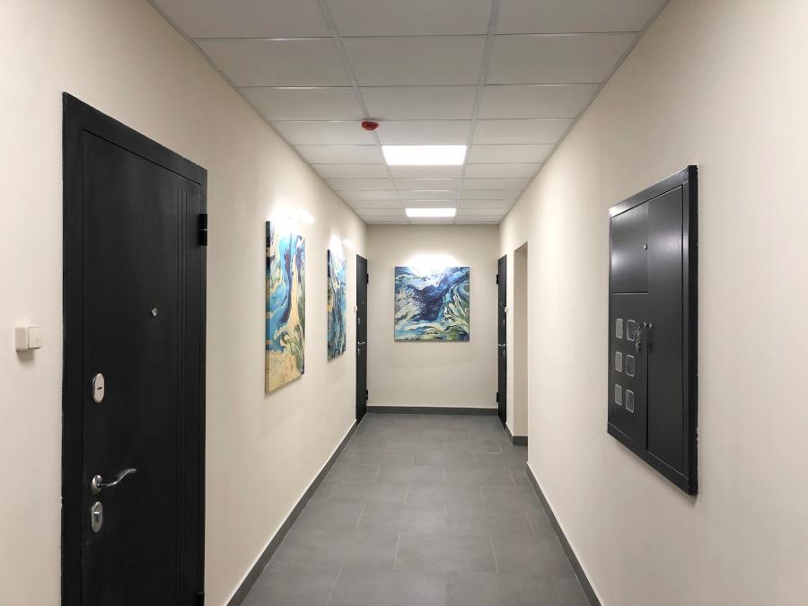 На всех этажах висят абстрактные картины новосибирской художницы, отражающие стихии воды и воздуха