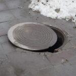 Из-за падения ребенка в канализационный колодец в Новосибирске началась проверка