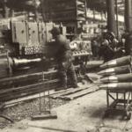 Поточное производство 45-мм осколочно-трассирующего снаряда на заводе № 65 имени Сталина. Общий вид ленточного конвейера стопроцентного контроля качества корпуса. Фото опубликовано в книге «Новосибирск – Город трудовой доблести» (2021 г.)