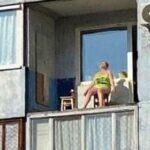 пенсионерка загорает на балконе