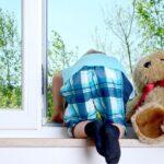 Трёхлетний малыш балансировал на подоконнике шестого этажа в Новокузнецке