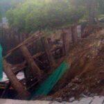 рухнул тротуар и забор на Большевистской