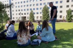 Виталий Новоселов и студенты НГУ возле университета