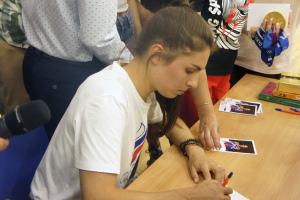 двукратная олимпийская чемпионка по фехтованию София Позднякова дает автограф
